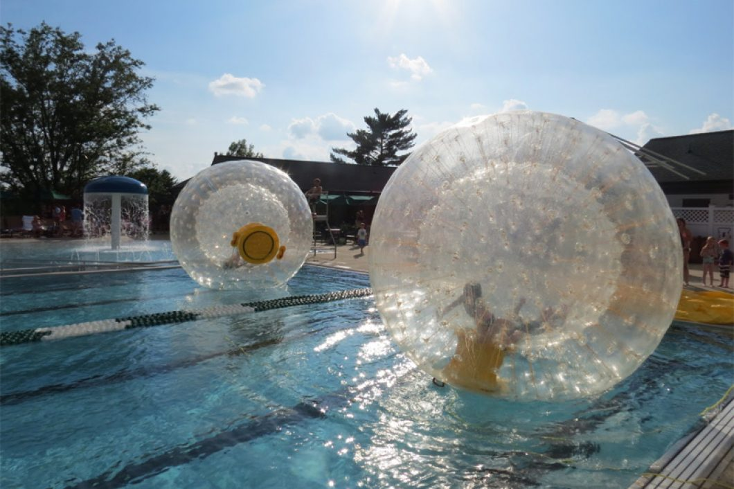 Fun-WIth-Inflatable-Balls-In-The-Swimming-Pool-1060x706